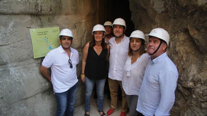 Bendodo, en el centro, con el alcalde de Antequera, entre otros.