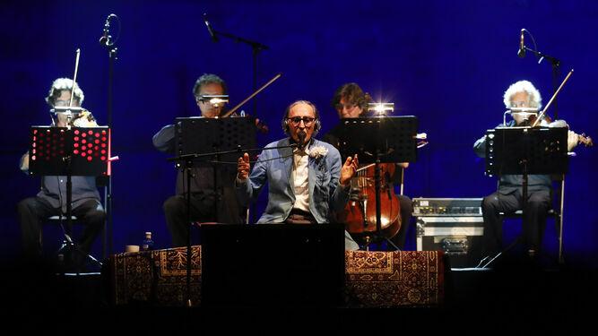 Franco Battiato, anoche, arropado por sus músicos en el concierto que ofreció en la plaza de toros.