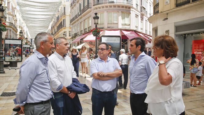 Francisco Moro, Julio Andrade, Jesús Sánchez, Carlos Pérez-Lanzac y Mercedes Espinel en calle Larios, una vía atravesada continuamente por turistas.