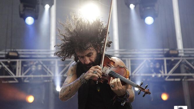 El violinista Ara Malikian, anoche, tocando uno de sus temas.