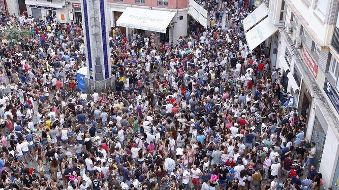 Hosteleros lanzan una campa a para evitar descamisados en for Feria outlet malaga 2017