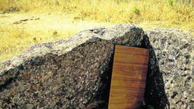 Basuras situadas dentro de uno de los dólmenes.
