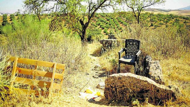 Restos de basura depositados sobre uno de los dólmenes que pueden observarse sobre el terreno.