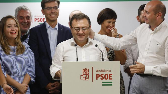 Miguel Ángel Heredia, ayer rodeado de su ejecutiva, es saludado por Francisco Conejo durante el anuncio de su retirada de la dirección.