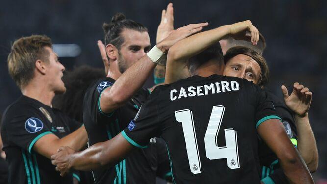 Bale y Modric felicitan a Casemiro, autor del 1-0.