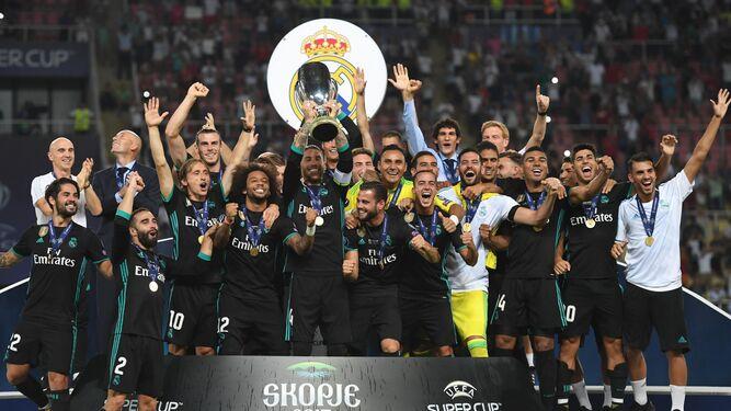 Ramos alza el trofeo.