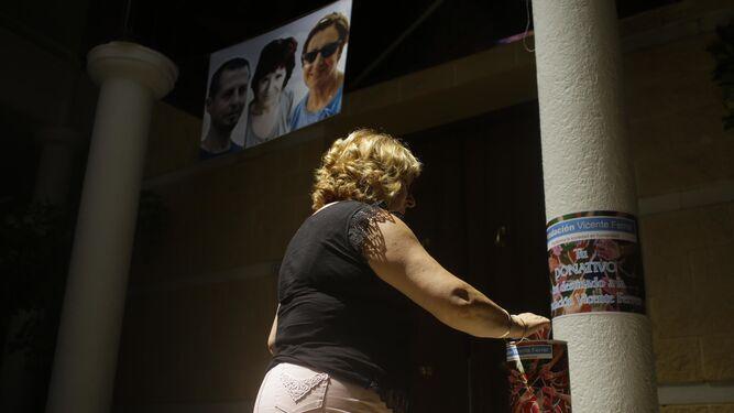Una mujer hace un donativo en las huchas para la Fundación Vicente Ferrer.