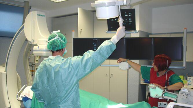 Personal sanitario atiende a un paciente en el Hospital Clínico de Málaga.