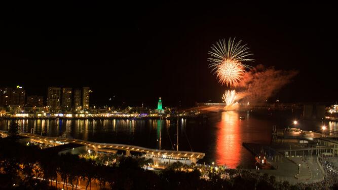 Los fuegos llenaron el cielo malagueño de colorido y marcaron el inicio de la fiesta.