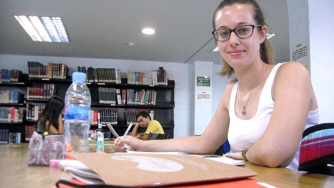 Isabel Broco, alumna del doble grado de ADE y Derecho en la Biblioteca Provincial.