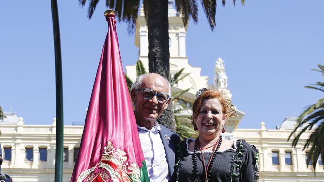 El abanderado, Francisco Javier Jurado 'Coco', acompañado con su enseña.
