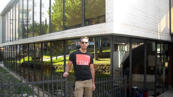 Juan González en la biblioteca Manuel Altolaguirrre.