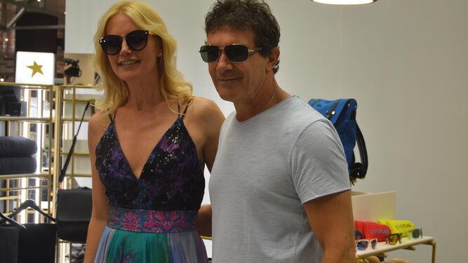 Valeria Mazza y Antonio Banderas, ayer durante la presentación de su nueva colección.