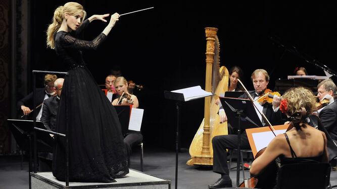 Inma Shara, con la Orquesta Sinfónica Nacional Checa.