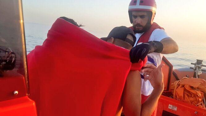 Salvamento Marítimo asiste a dos jóvenes tras el rescate.