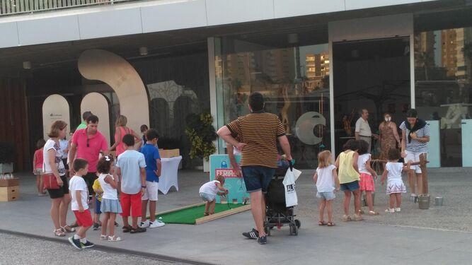 Un grupo de niños disfruta de la Feria del Mar en el Artsenal del Muelle Uno.
