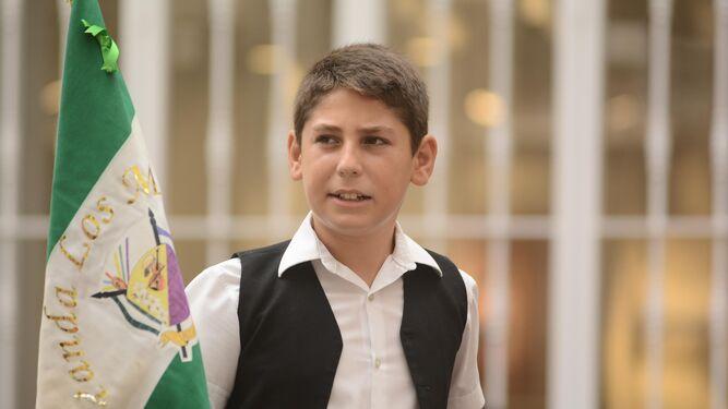 Un joven verdialero porta la bandera de la panda Los Mora.