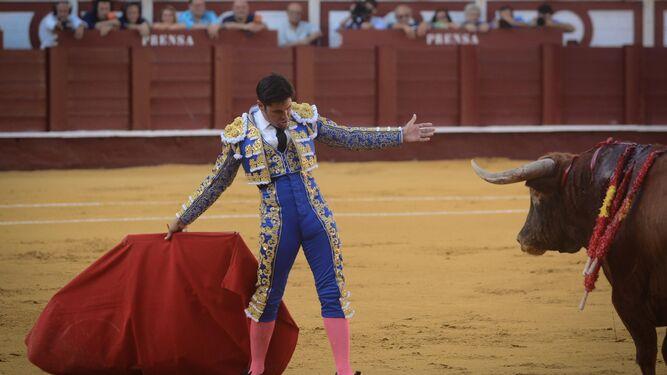 Francisco Rivera citando al toro de frente y dándole el pecho al primer toro de la tarde