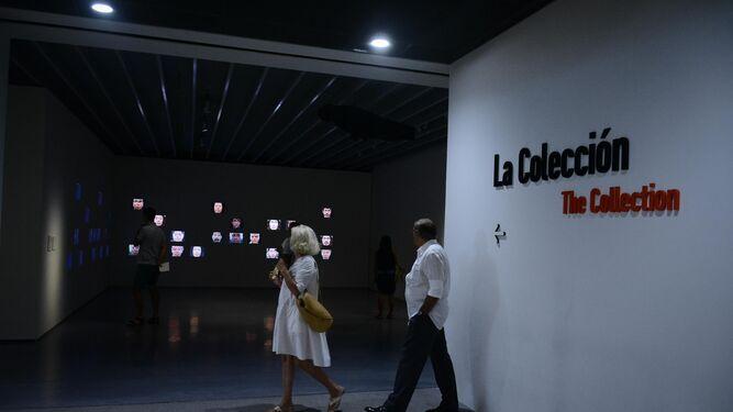 Una pareja visita la colección del Museo Pompidou.