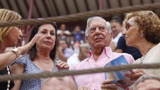 'El Juli' y Roca Rey se saludan en el patio de cuadrillas de La Malagueta.