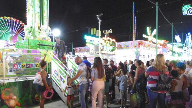 Pequeños y mayores disfrutan de las atracciones del Real de la Feria.