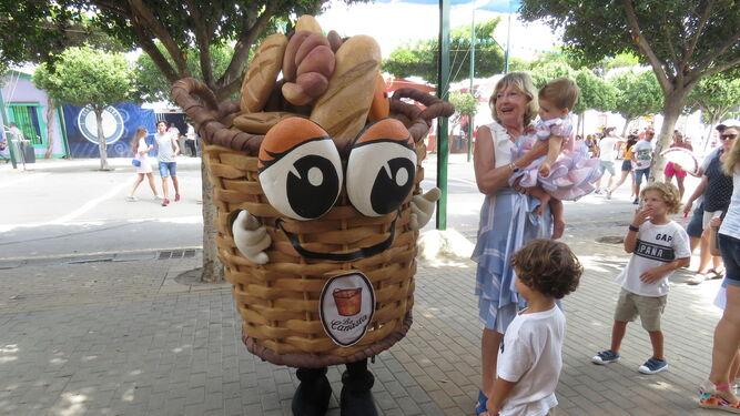 Un trabajador disfrazado de una cesta de pan.