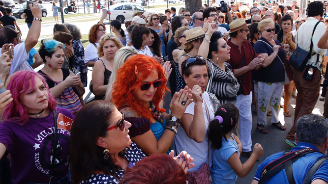 Varias decenas de personas se concentran frente a los Juzgados en apoyo a Juana Rivas.