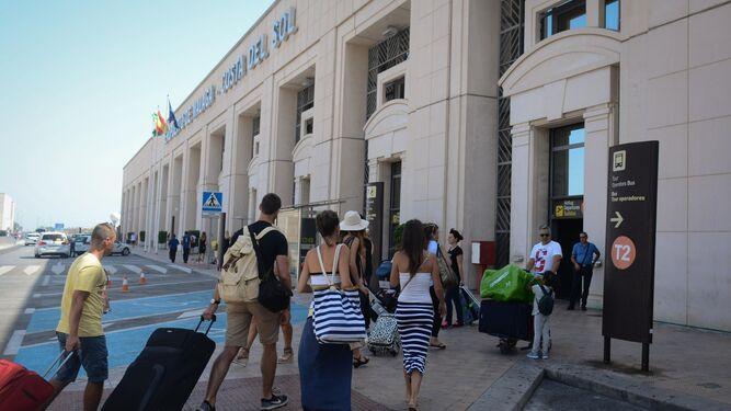 Un grupo de turistas accedía ayer a la T-2 del aeropuerto de Málaga.