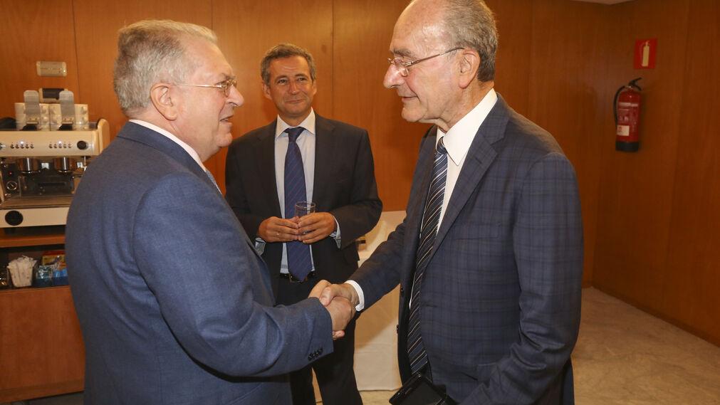 De la Torre saluda a Felipe Romera,  junto a Antonio Gómez-Guillamón.