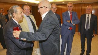 José Sánchez Maldonado saluda a José Juan Pérez Tabernero.