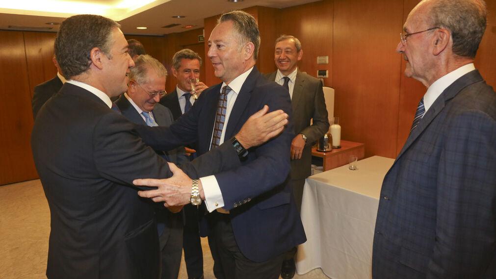 Elías Bendodo saluda a José Joly.