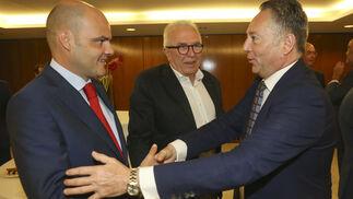 José Joly saluda a Justiniano Cortés con José Sánchez Maldonado, detras.