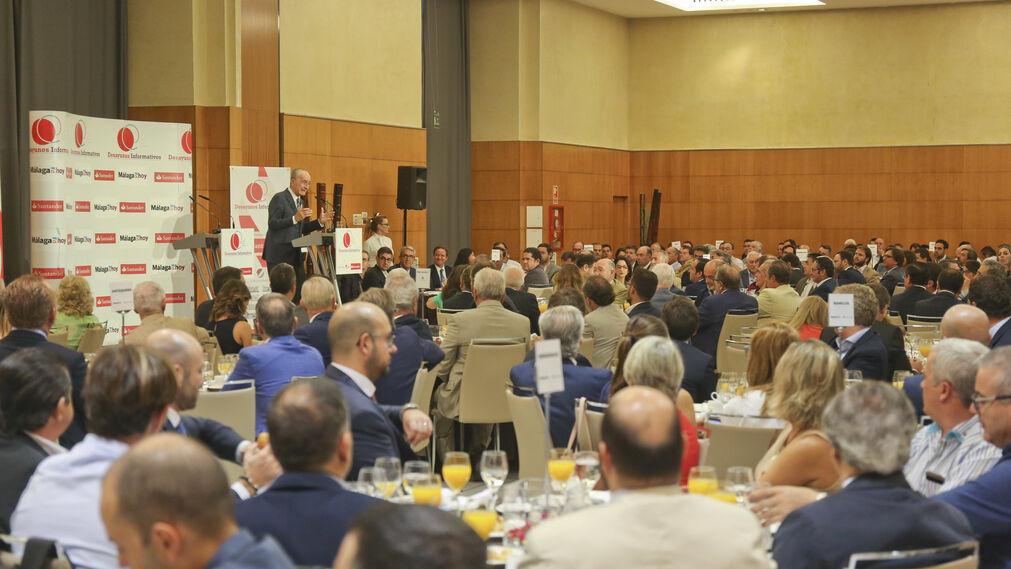 Varias mesas durante la intervención del alcalde.