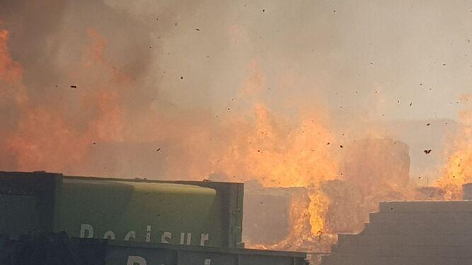 Un fuego en una planta de la capital obliga a traer bomberos de fuera