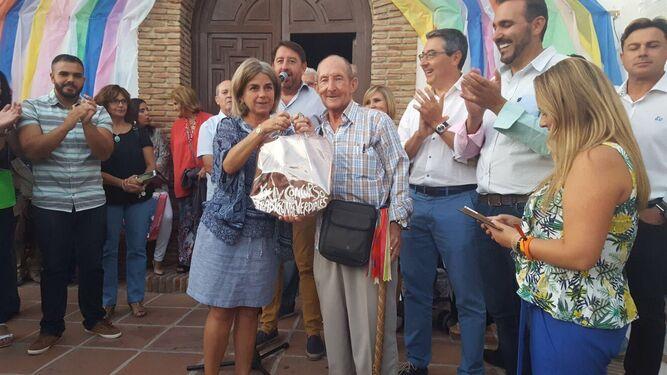 La ganadora del choque de pandas, Jotrón y Lomillas, recoge su premio.