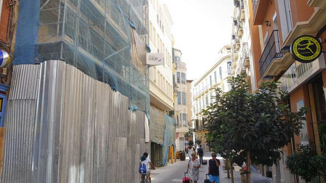 A la izquierda, bajo los andamios, el edificio de la calle Sebastián Souvirón en el que se inaugurará próximamente el Complejo Jerusalén.