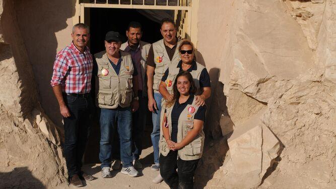 Vicente Jiménez Ifergan (segundo por la izquierda), junto al concejal Julio Andrade y varios arqueólogos, en Luxor.