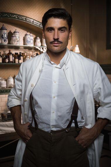 Álex García > Fidel Calderón, médico y encargado del principal hospital de Melilla. Al conocer a Julia todo su mundo se revuelve