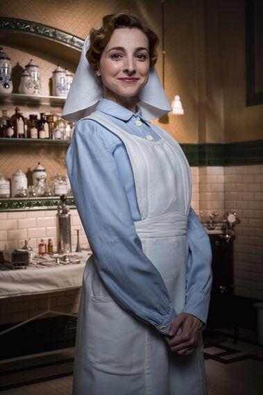 Anna Moliner > Magdalena Medina, es una enfermera vocacional y muy racista con los marroquíes. Pero se enamora de un rifeño