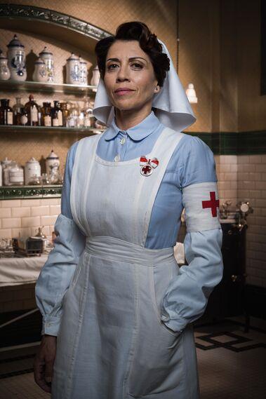 Alicia Borrachero > Carmen de Angoloti, duquesa de la Victoria. Es enviada por la reina para crear el cuerpo de enfermeras en la guerra del Rif