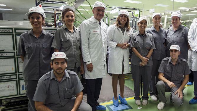 El alcalde de la ciudad, Francisco de la Torre, y la presidenta de la Junta, Susana Díaz, posan junto a empleados de la fábrica.