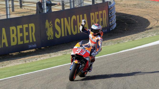 Márquez, saludando al público en Motorland
