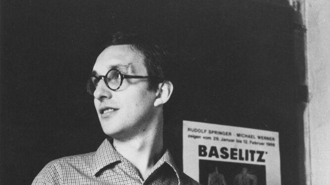 Ayer y hoy. Arriba, Baselitz en su estudio en 1966 y 'El pintor bloqueado' (1965). Abajo, el autor en 2014 y 'Águila 53-Héroe 65', una pieza de 2007 de su serie 'Remix'.
