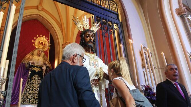 La capilla del Cautivo volvió a acoger al Señor, que quedó expuesto en besamano ante la Virgen de la Trinidad.