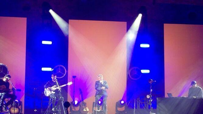 Pablo Alborán, ayer, con su banda, en su concierto del Castillo de Gibralfaro.