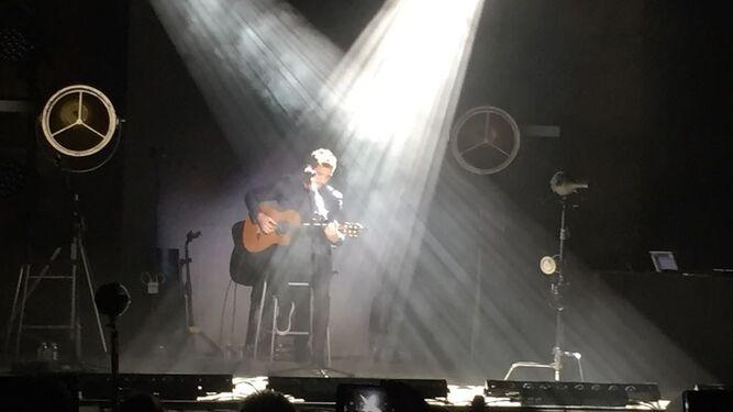 El cantante, en un momento a solas con su guitarra.
