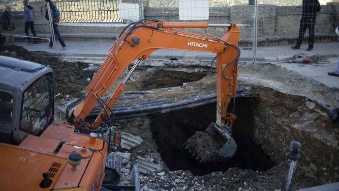 Trabajos de los equipos de excavación sobre el Puente Nuevo para eliminar el cieno acumulado durante años.