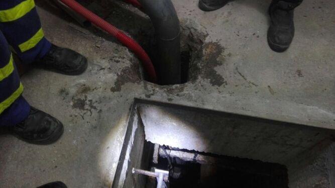 Trabajos en el pozo afectado en Miraflores de El Palo.