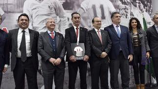 Las imágenes de la entrega del  X Dorsal de Leyenda del Sevilla FC a Montero