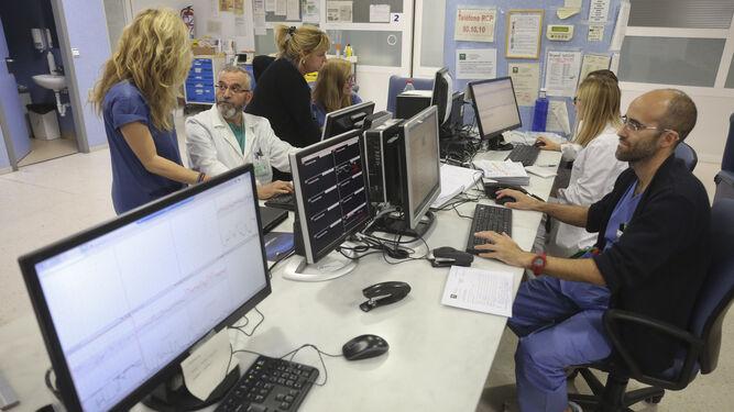 Profesionales del Materno en la zona de monitorización.